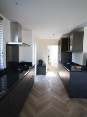 Keuken met visgraat vloer en vloerverwarming